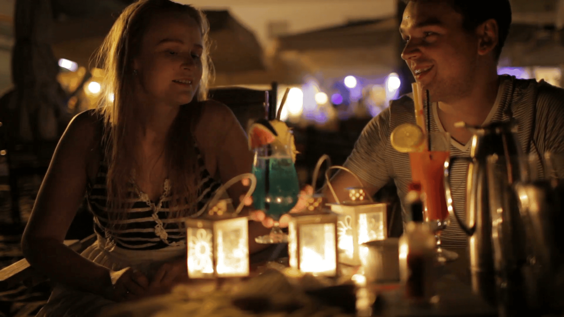 romantic-young-couple-enjoying-drinks-in-a-date-in-an-outdoor-bar-esplanade-by-night_xjgh2tzts__F0000